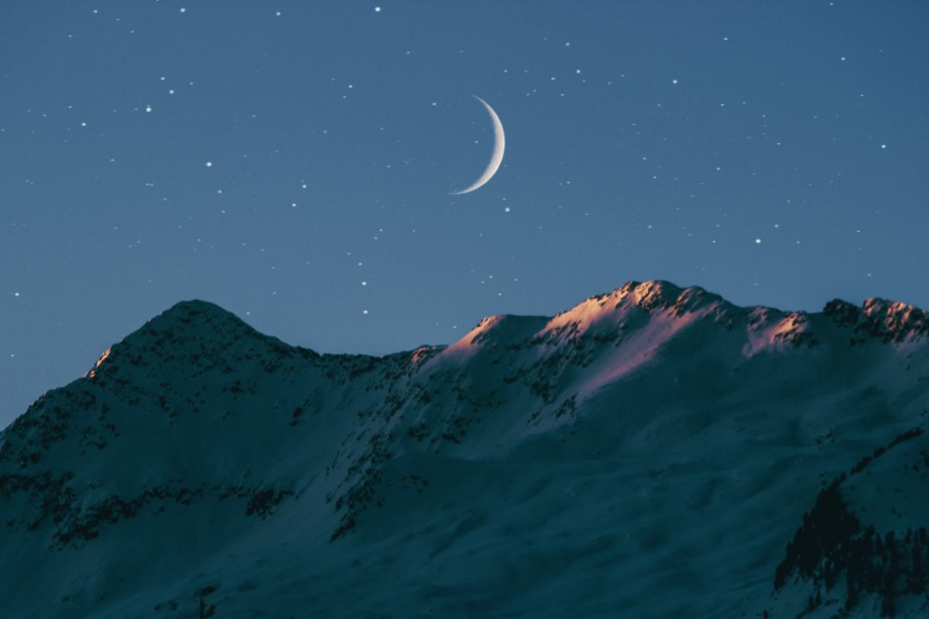 中元堂分享一個可以幫助告別肩頸酸痛的招式, 就是看著月亮後仰